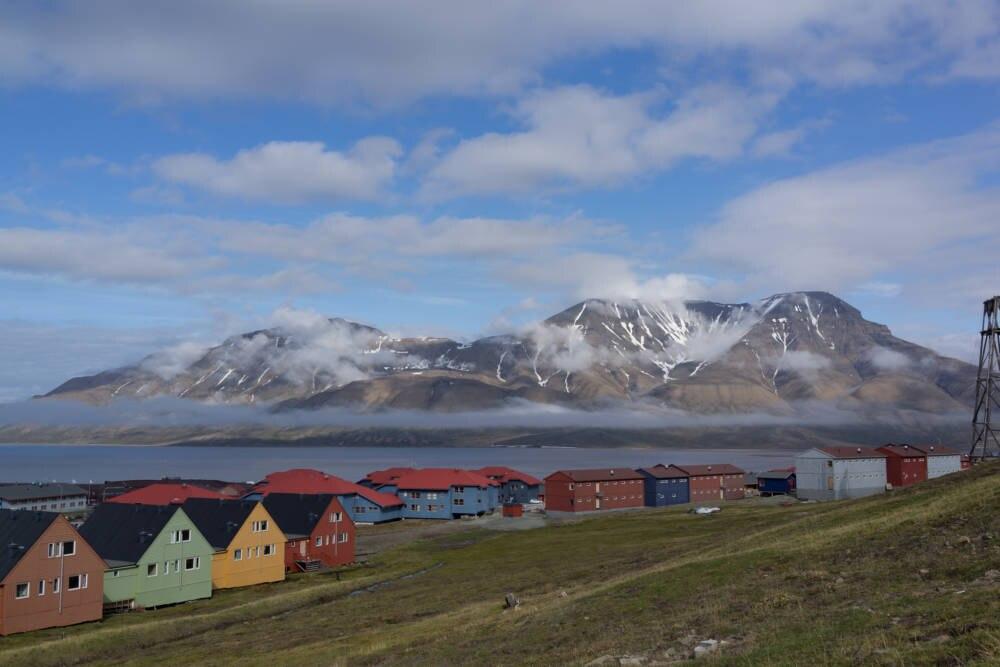 Die kleine Stadt Longyearbyen ist einer der wenigen Orte auf Spitzbergen, der noch von großen Kreuzfahrtschiffen angefahren wird