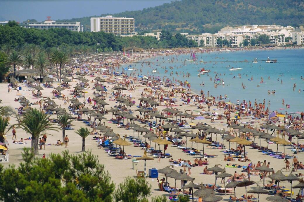 Voller Strand in Alcudia auf Mallorca