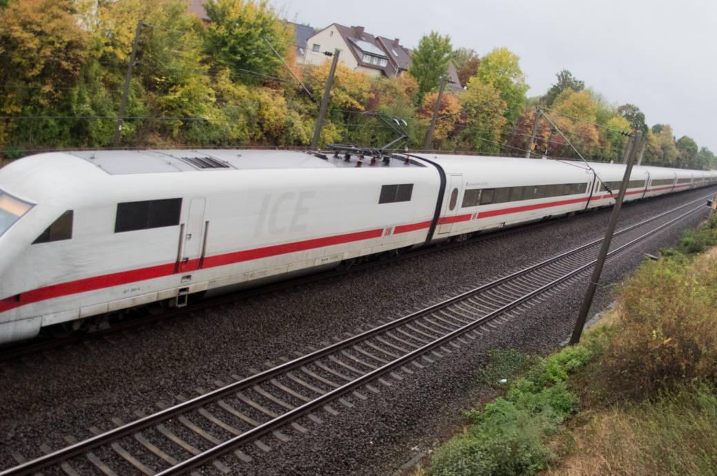 Ein ICE fährt über die Bahnstrecke Hannover-Göttingen. Auf die Bahnreisenden kommen in den nächsten Jahren monatelange Vollsperrungen von ICE-Routen zu. Die Deutsche Bahn erneuert u.a. die 27 Jahre alte Schnellfahrstrecken Hannover-Würzburg. Als erstes wird 2019 der Abschnitt Hannover-Göttingen sechs Monate lang gesperrt - vom 11. Juni bis 14. Dezember