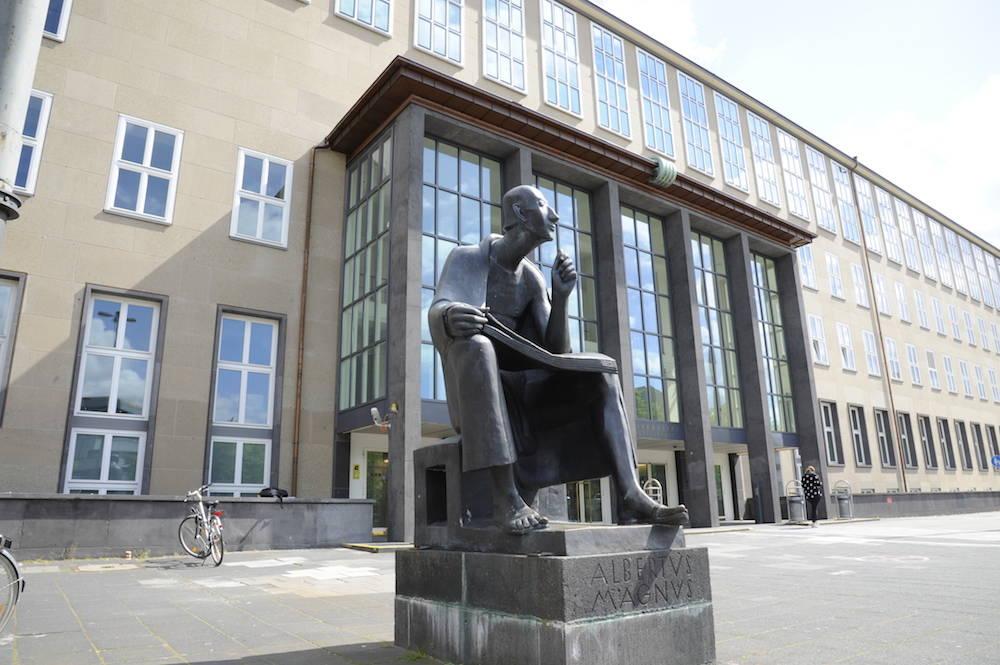 Universität zu Köln mit Albertus-Magnus-Denkmal vor dem Hauptgebäude am Albertus Magnus Platz