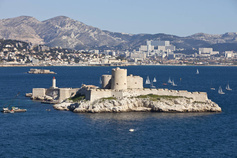 Die Festung Château d'If mit Marseille im Hintergrund
