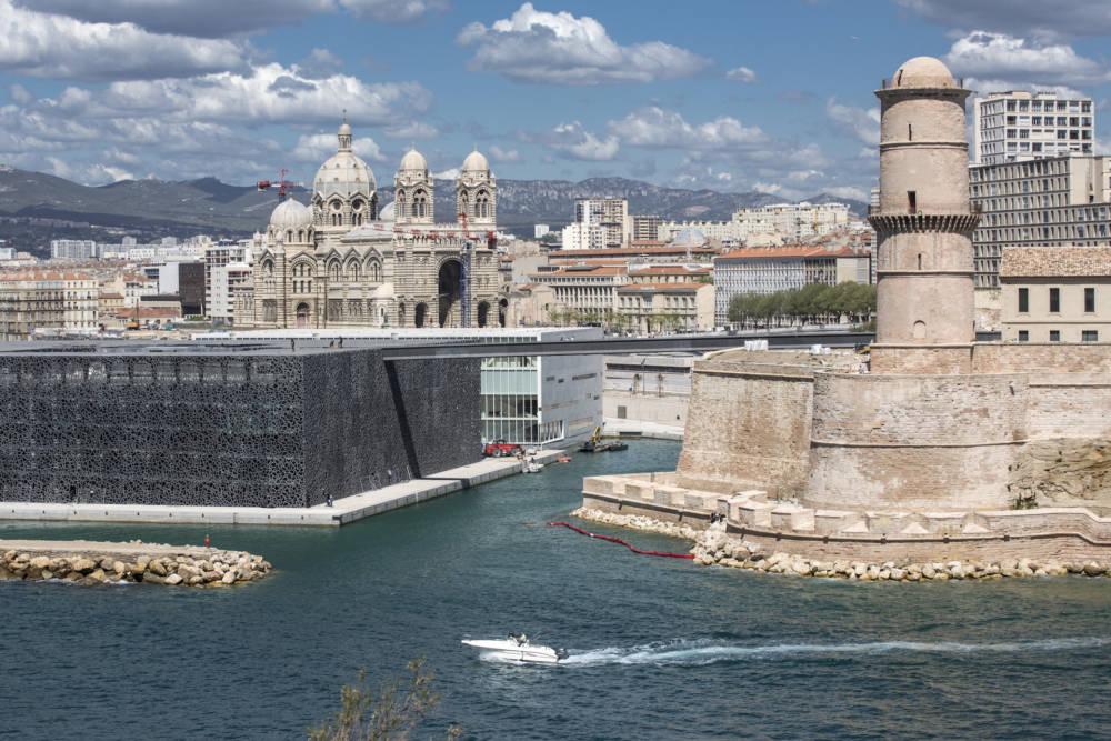 Das moderne Museumsgebäude (links) und das Fort Saint John sind durch eine Bücke verbunden