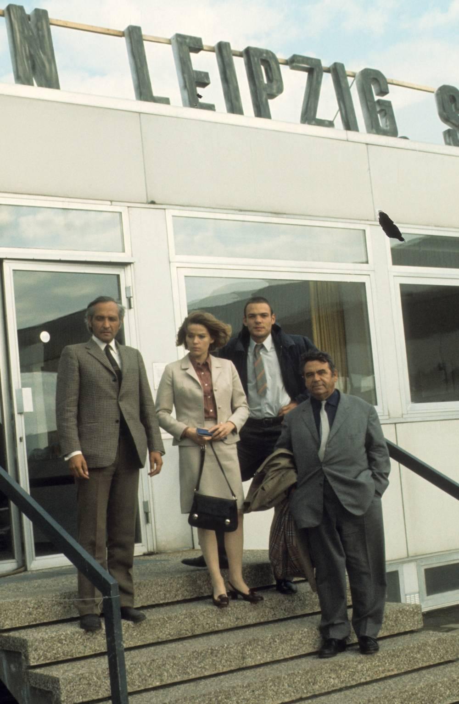 Eine Frau und drei Männer verlassen den Flughafen Leipzig