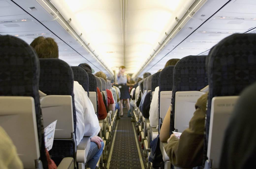 Stewardess und Passagiere in einem Flugzeug