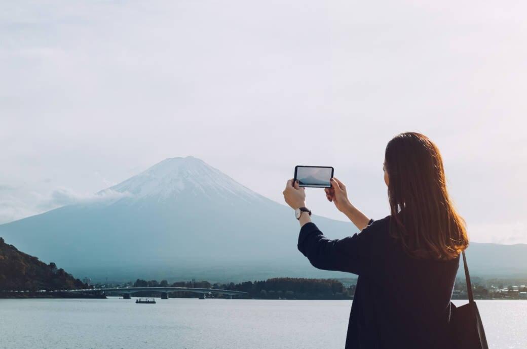 Frau fotografiert den Mount Fuji in Japan