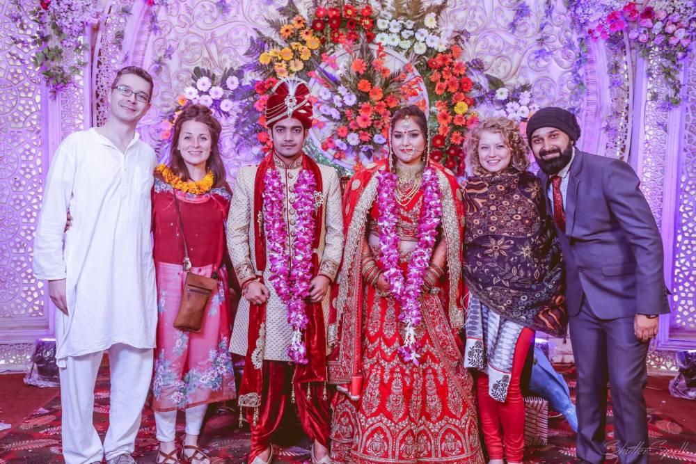 Touristen bei indischer Hochzeit