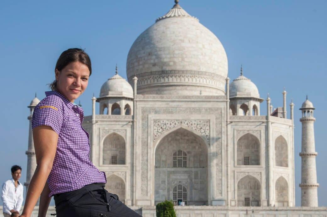Jessica Schwarz vorm Taj Mahal