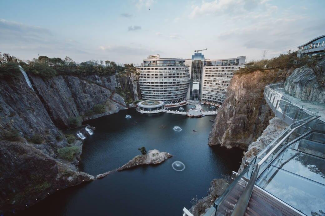Das neue 5-Sterne-Hotel liegt in der Grube eines stillgelegten Tagebaus
