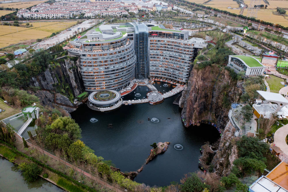 """Das Hotel in der Form eines """"S"""" schmiegt sich an der Seite an die Wand des Steinbruchs und liegt 88 Meter unter der Erdoberfläche"""