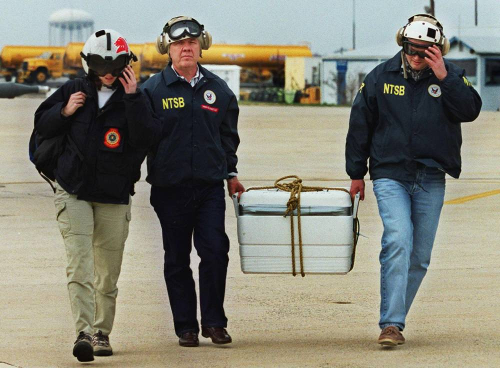 Offiziere tragen den Container, in dem der Rekorder der Stimmaufnahmen aus dem Cockpit des Egypt-Air-Flugs
