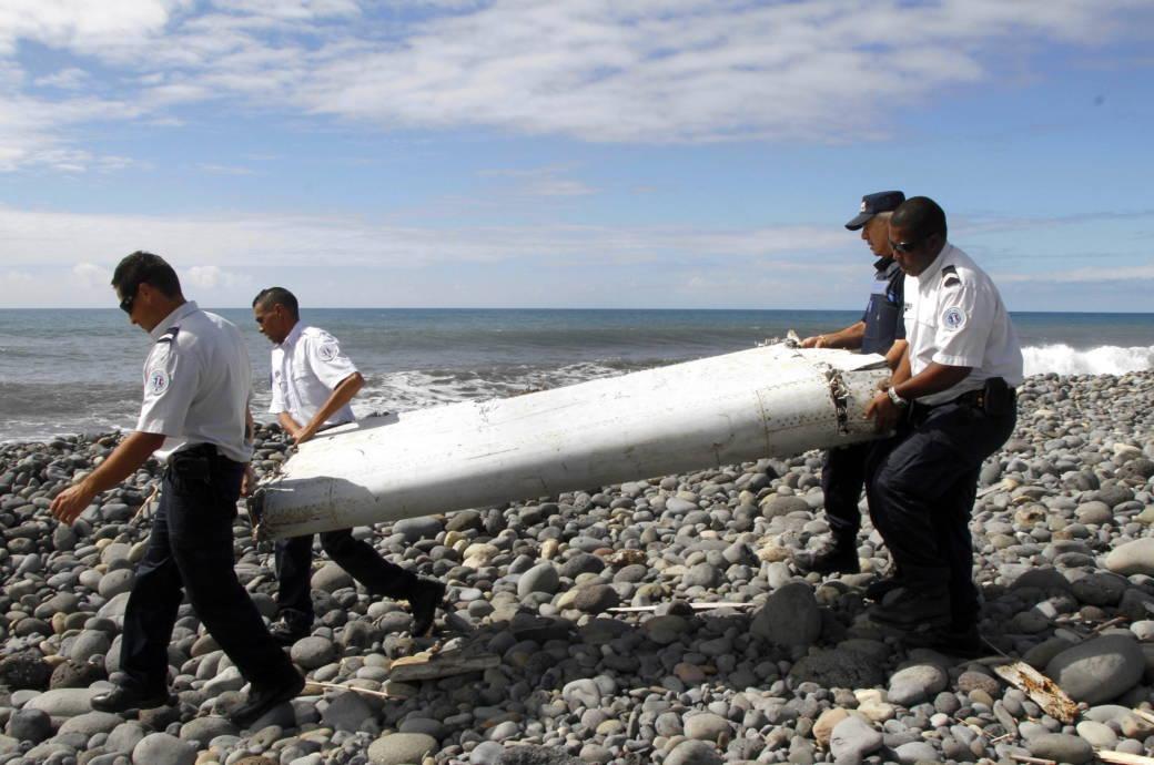 Dieser 2015 angespülte Flugzeugteil soll angeblich zu der verschollenen Maschine MH-370 gehören