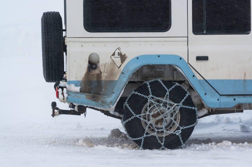 Viele Alpenpässe sind derzeit nur mit Winterausrüstung befahrbar.