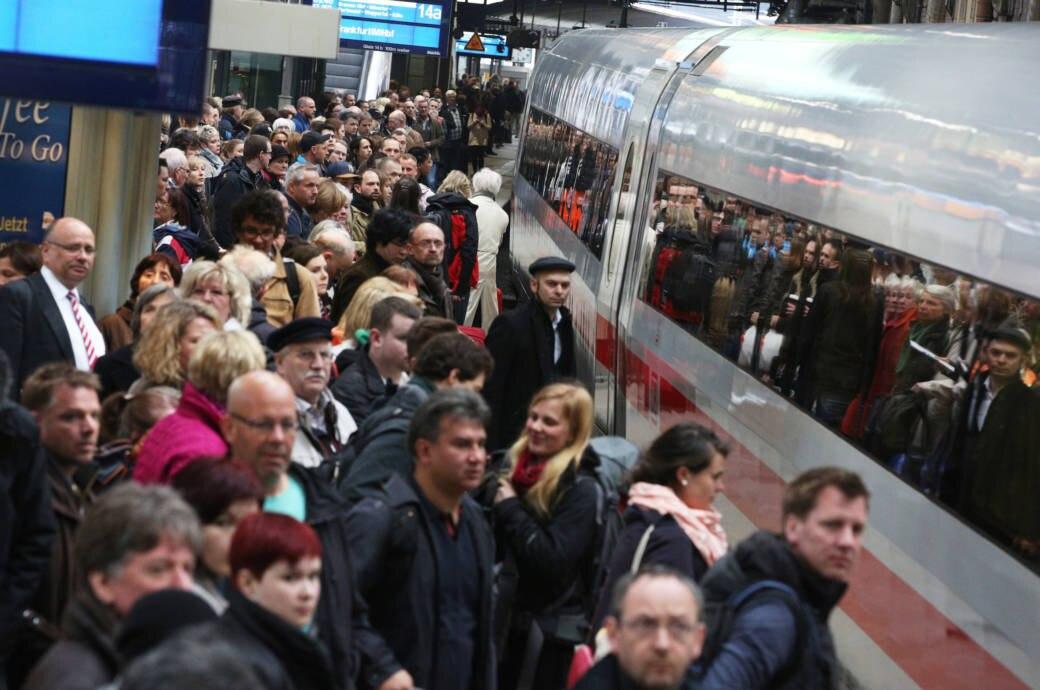 In der Weihnachtszeit werden die Züge der Deutschen Bahn wieder besonders voll sein