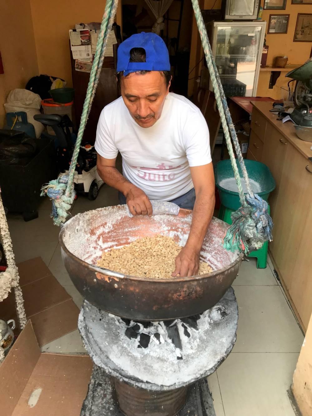 Luis Banda ist der einzige, der die landestypischen Colaciones Cruz Verde traditionell herstellt