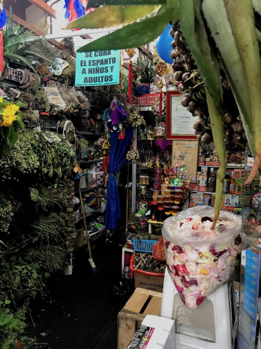 In einem Laden wie diesem bieten Heilerinnen in Quito Reinigungen an