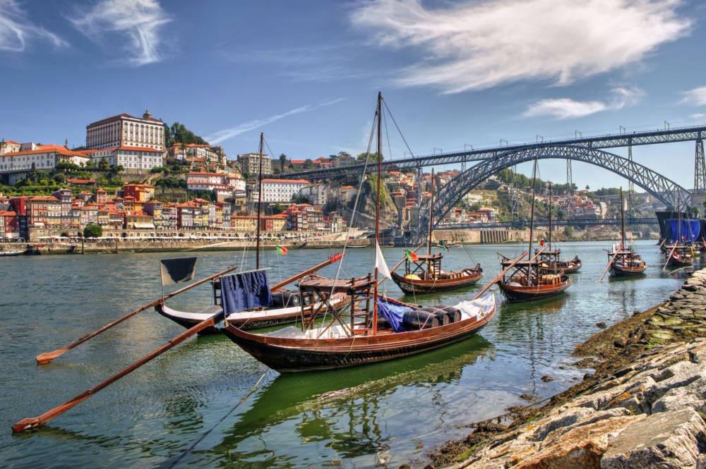 Ravelos, traditionelle Boote, transportieren die Portweinfässer über das Wasser
