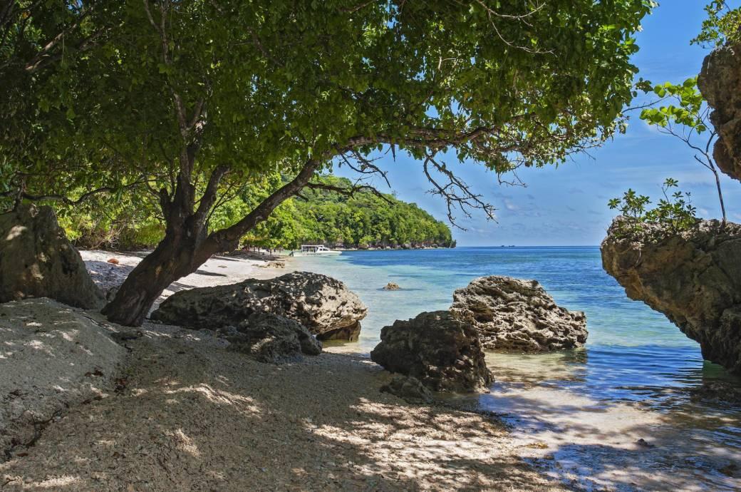 Strand auf Hatta, Banda-Inseln, Indonesien