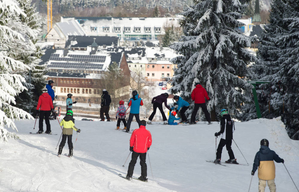 Nur rund drei Autostunden von Berlin entfernt befindet sich das Skigebiet Altenberg mit dem Raupennesthang