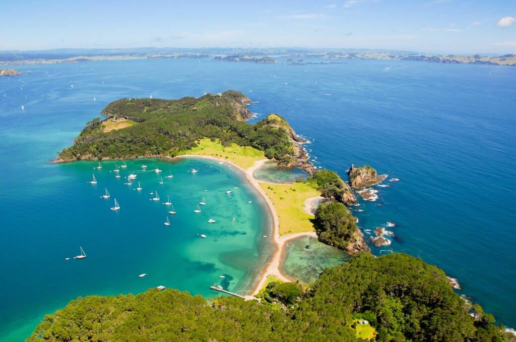 Das Wasser der Bay of Islands sieht beinahe karibisch aus, insgesamt gibt es 144 Inseln