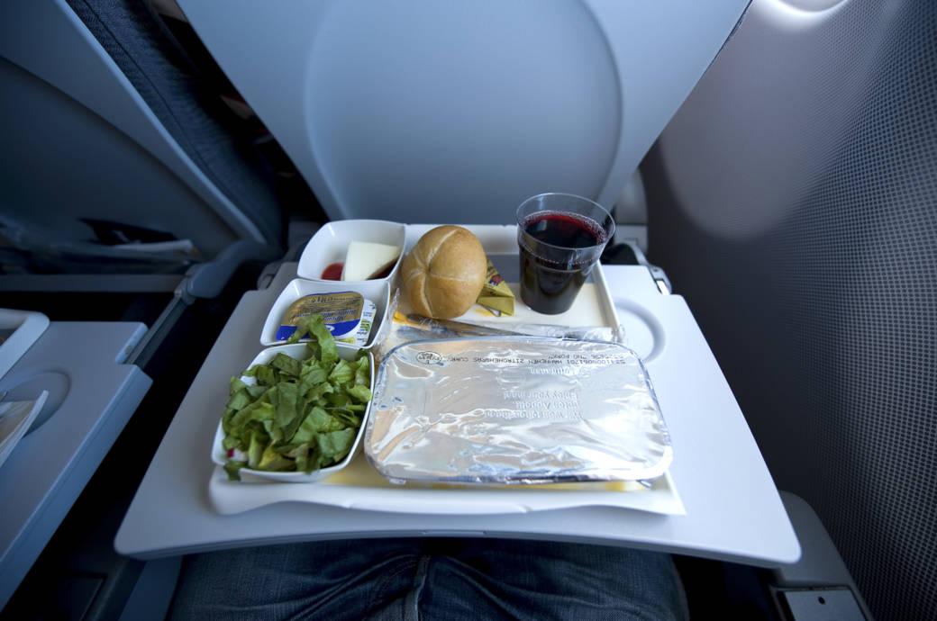 Wie genau kommt eigentlich das Essen ins Flugzeug?