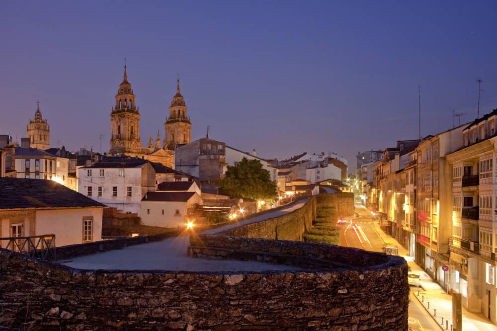 Die Stadtmauer von Lugo stammt noch aus dem Mittelalter, ist komplett erhalten und zieht sich rund zwei Kilometer um die Stadt