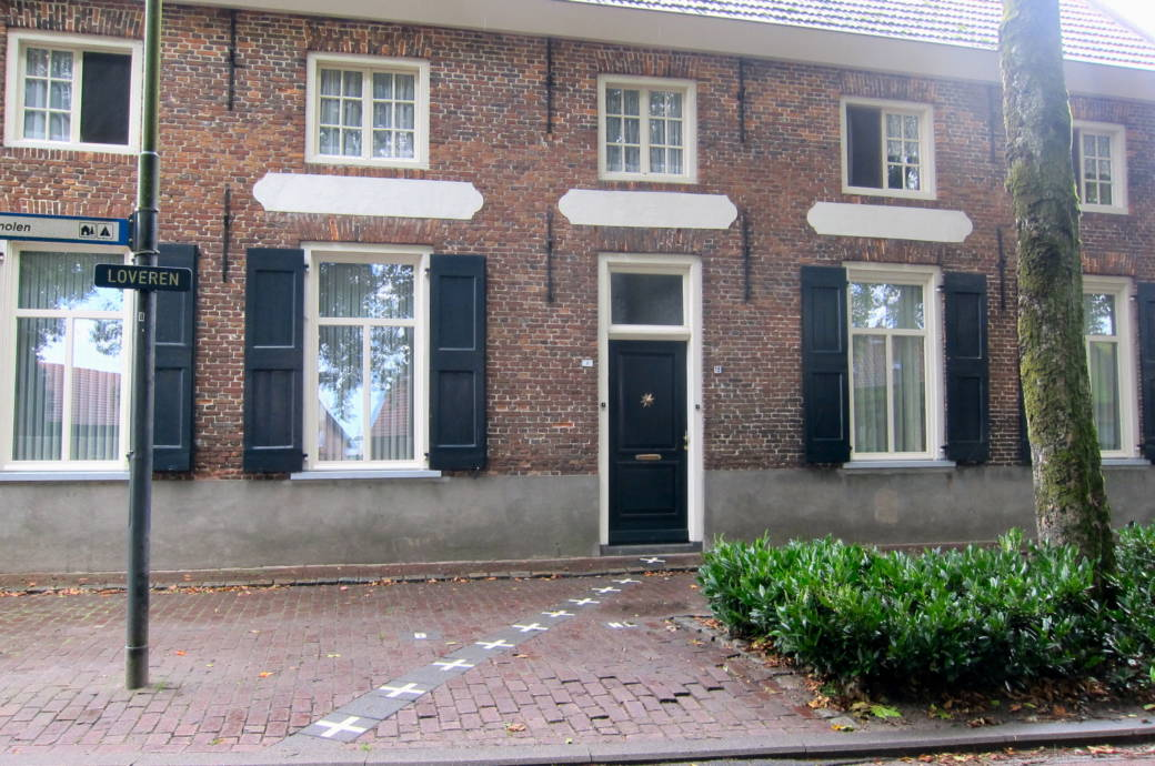 So sieht die Grenze in der Gemeinde Baarle aus. Sie verläuft zwischen den Niederlanden und Belgien – und manchmal auch mitten durch Häuser hindurch.
