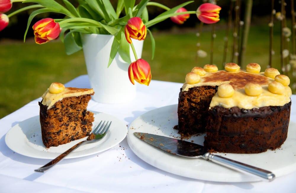 Simnel Cake ist ein Früchtekuchen mit Marzipan-Topping