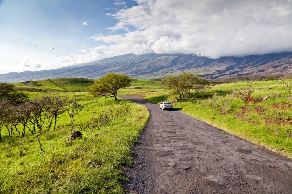 Besonders kleine Straßen sind auf Hawaii oft in noch deutlich schlechterem Zustand als auf diesem Foto zu sehen