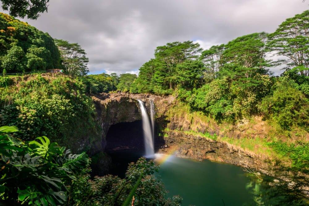 Die wunderschönen Rainbow-Falls sind nur wenige Fahrtminuten von Hilo, der größten Stadt auf Big Island, entfernt