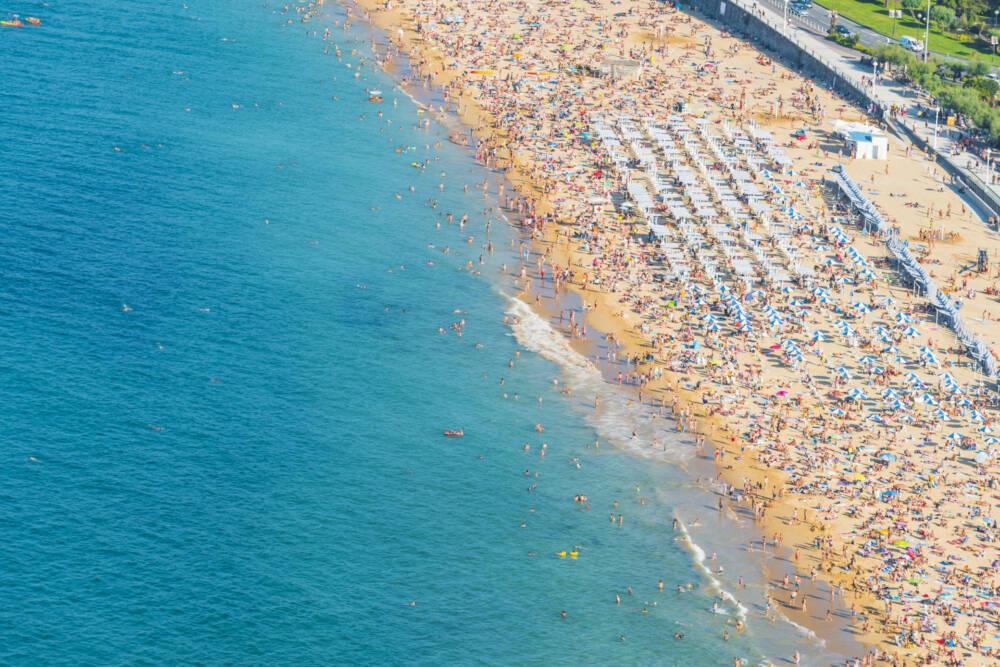 SO voll kann es an heißen Tagen am Strand von San Sebastián werden