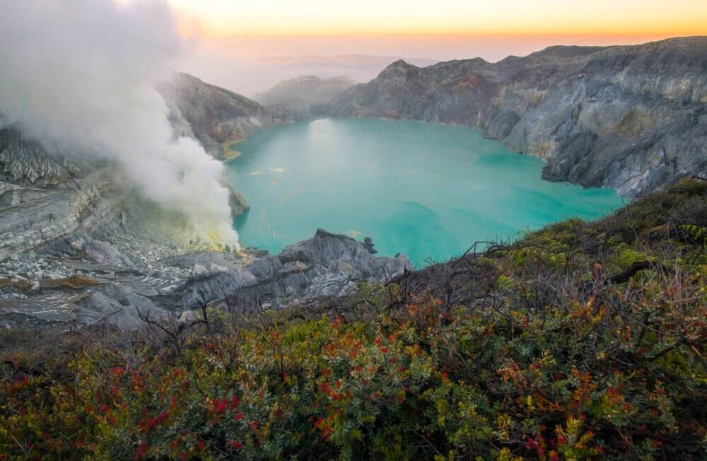 Blick in den brodelnden Krater des Vulkans Ijen