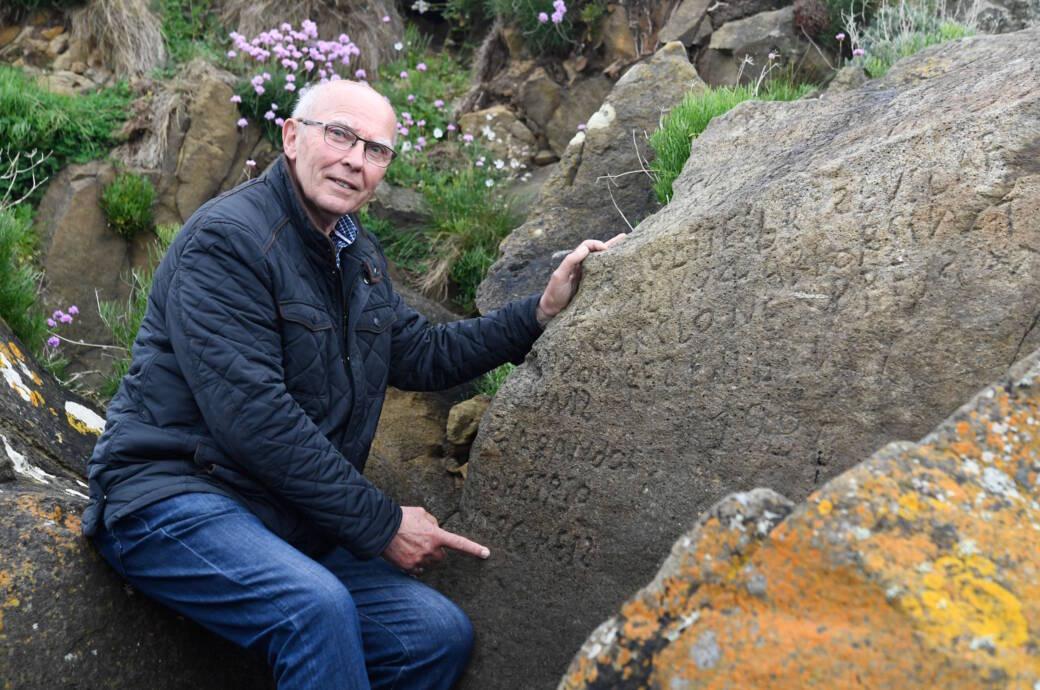 Michel Paugam, der Stadtrat von Plougastel-Daoulas, zeigt einem Reporter von AFP die geheimnisvollen Schriftzeichen