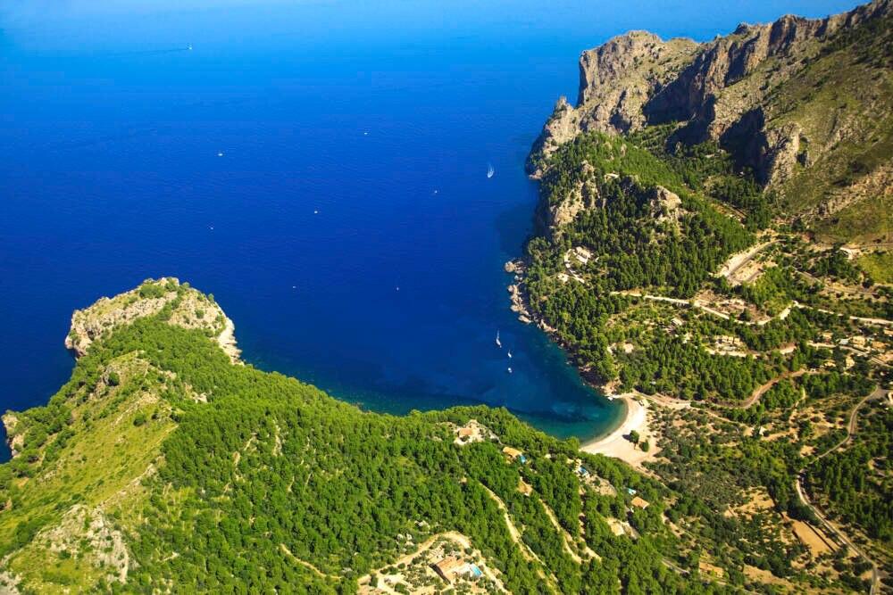 Spektakulär: Blick hinunter auf die Cala Tuent