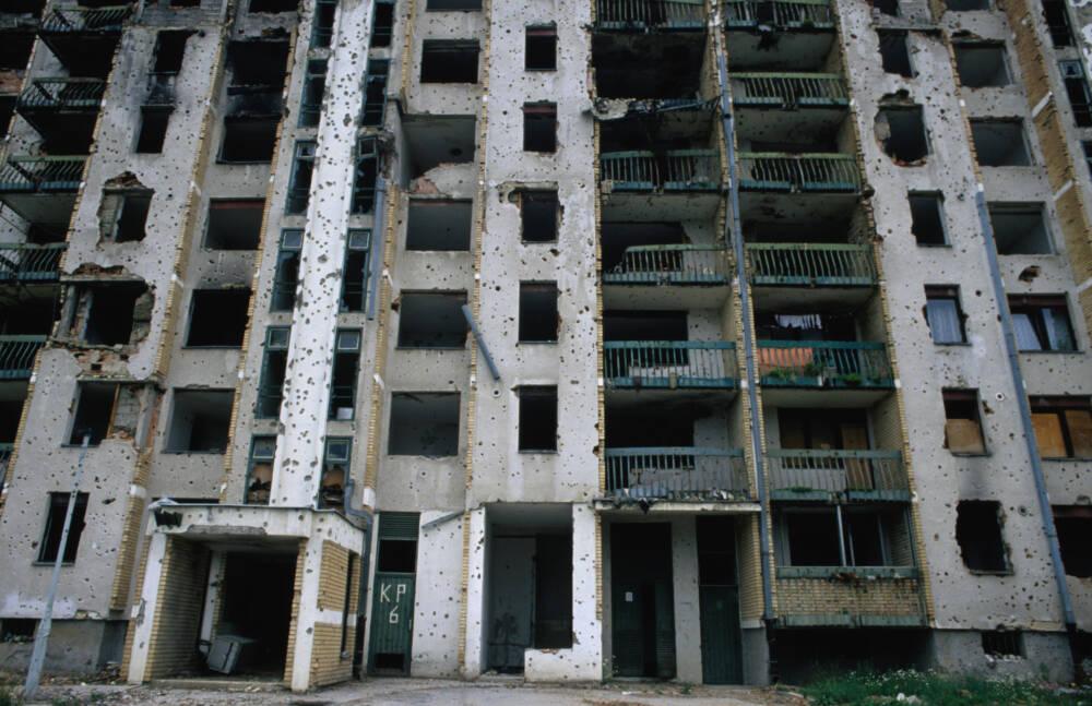 Narben des Kriegs: ein zerbombtes Gebäude in Sarajevo
