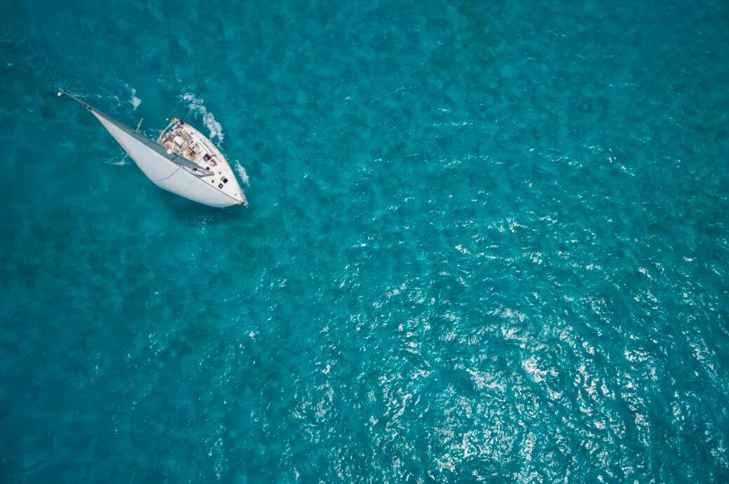 Ein Segelboot auf dem Ozean