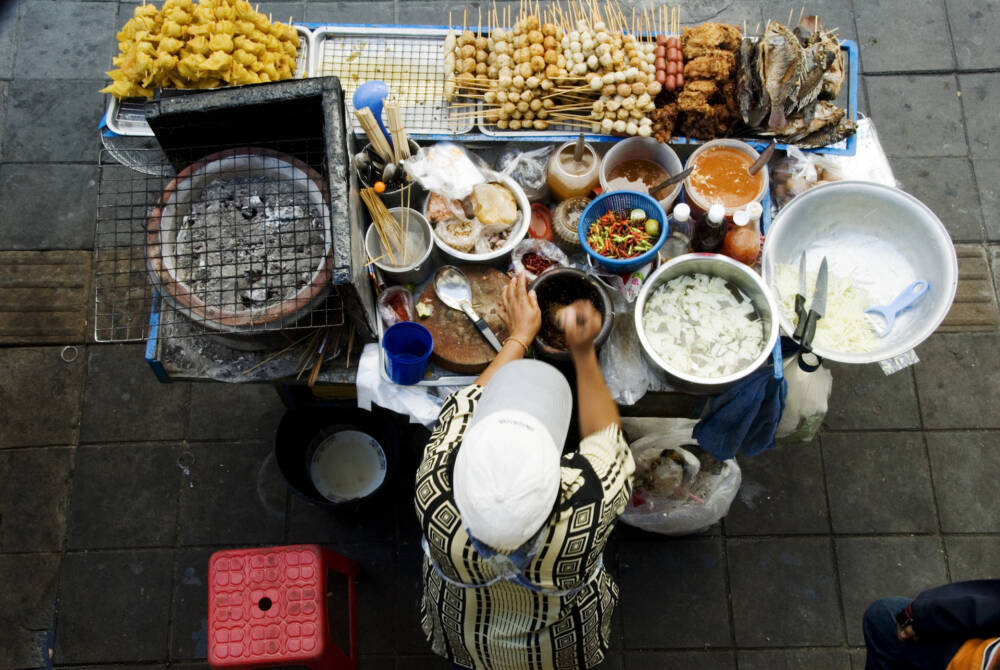 Frische Ware gibt bei den mobilen Garküchen zum kleinen Preis. Meist kosten die Gerichte umgerechnet nicht mehr als 1,10 Euro.