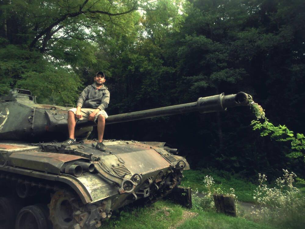 """""""Dark Tourist"""" Sebastián Cuevas auf einem Panzer an der Maginot-Linie"""