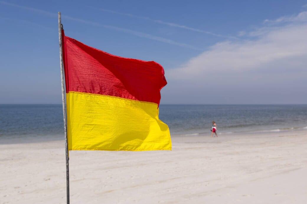 Was bedeutet am Strand die rot-gelbe Flagge?