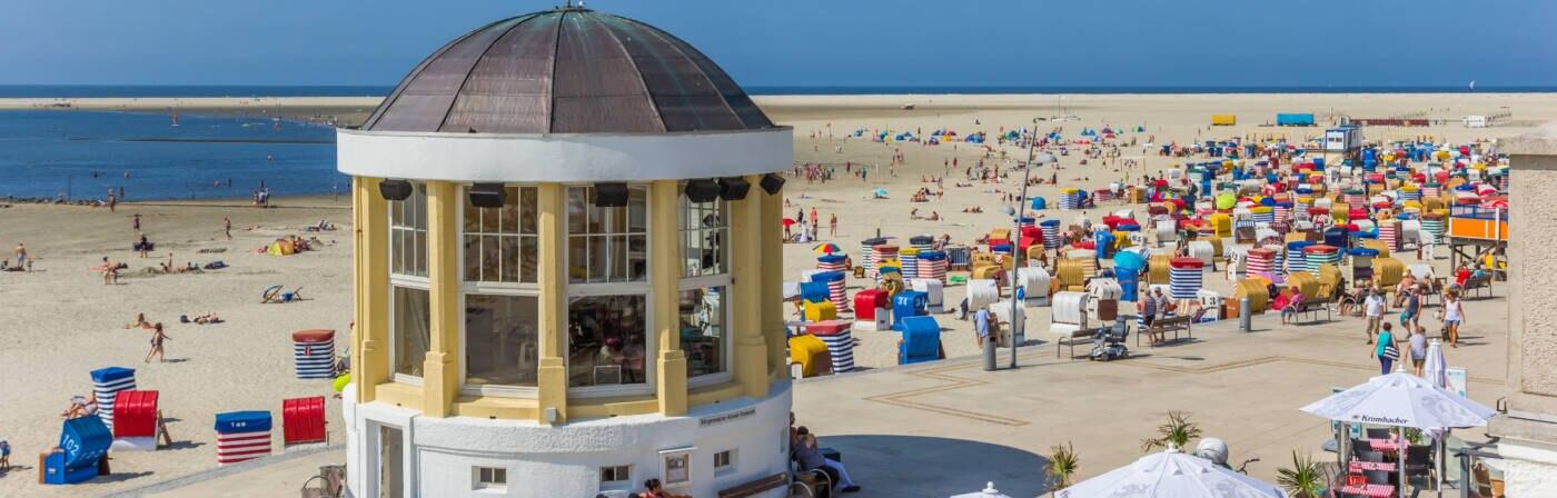 Die Promenade und der Nordstrand auf Borkum ziehen viele Besucher an