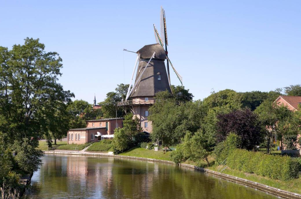 Eine Windmühle in Hinte bei Emden