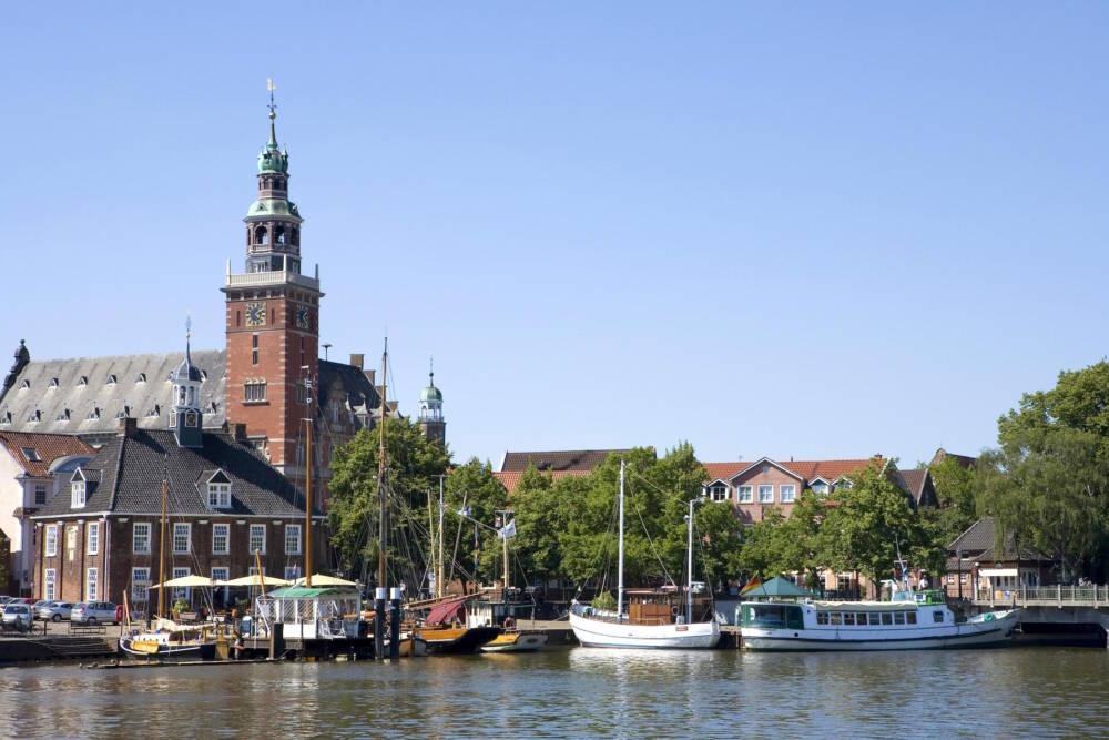 Das Rathaus und der Hafen von Leer