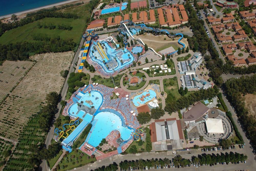 Der Aquapark Odissea 2000 liegt in unmittelbarer Nähe zur kalabrischen Küste