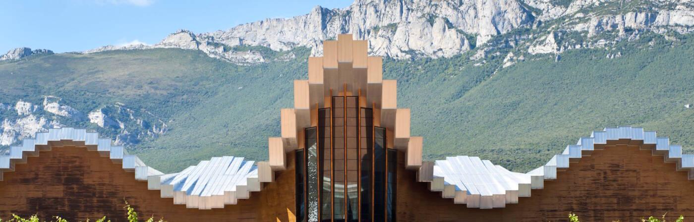 Die Bodega Ysios sieht aus wie ein Gotteshaus