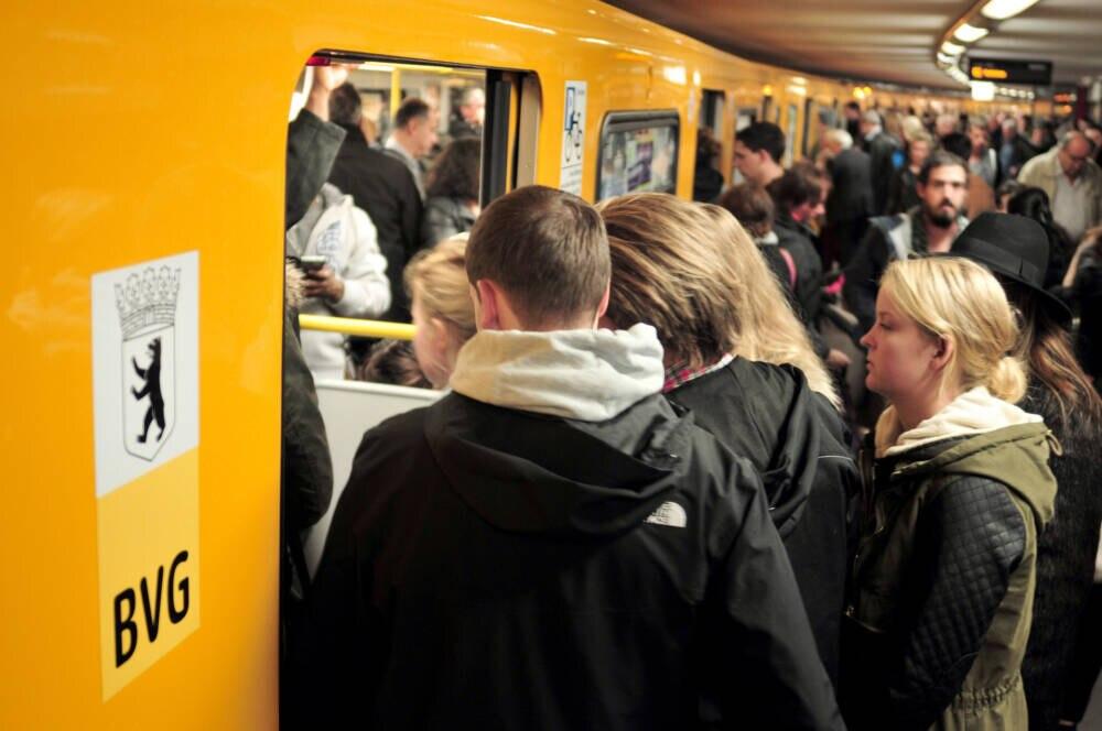 Dieses Bild sieht in der U-Bahn-Station am Alexanderplatz fast jeden Morgen