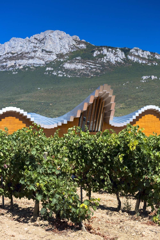 Die Bodega Ysios sieht aus wie ein Gotteshaus, dessen Dach einer Orgelpfeife ähnelt