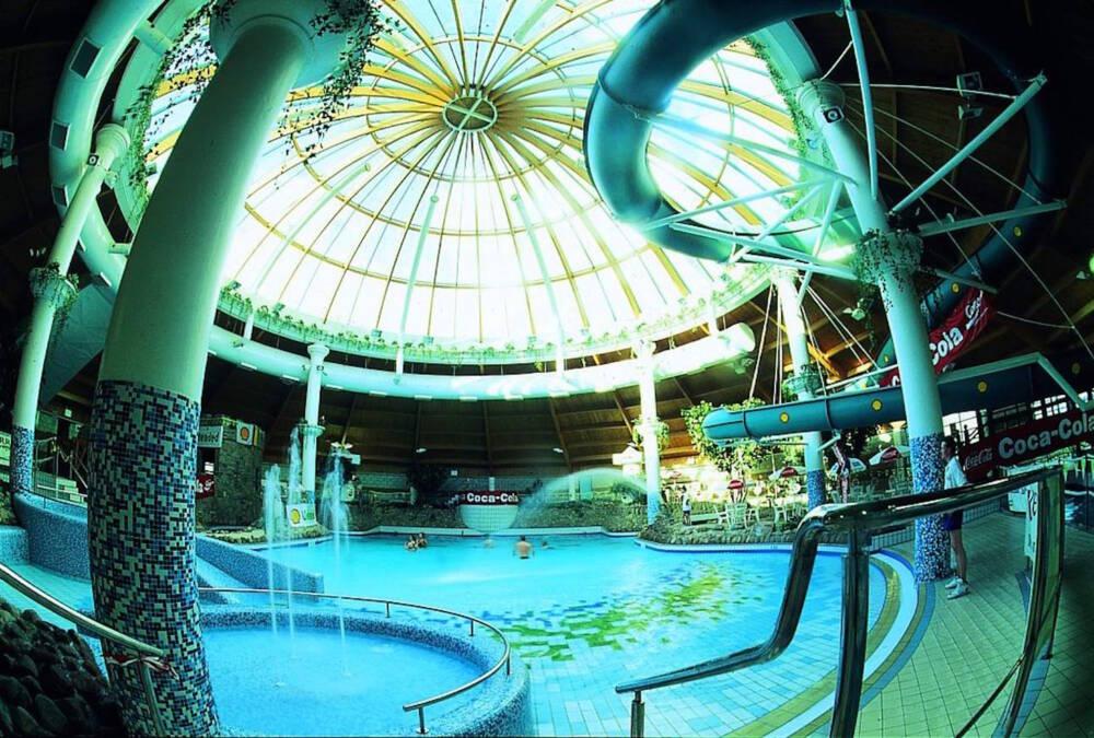 Blick in den Innenbereich des Freizeitbades Aqua Dome in Irland