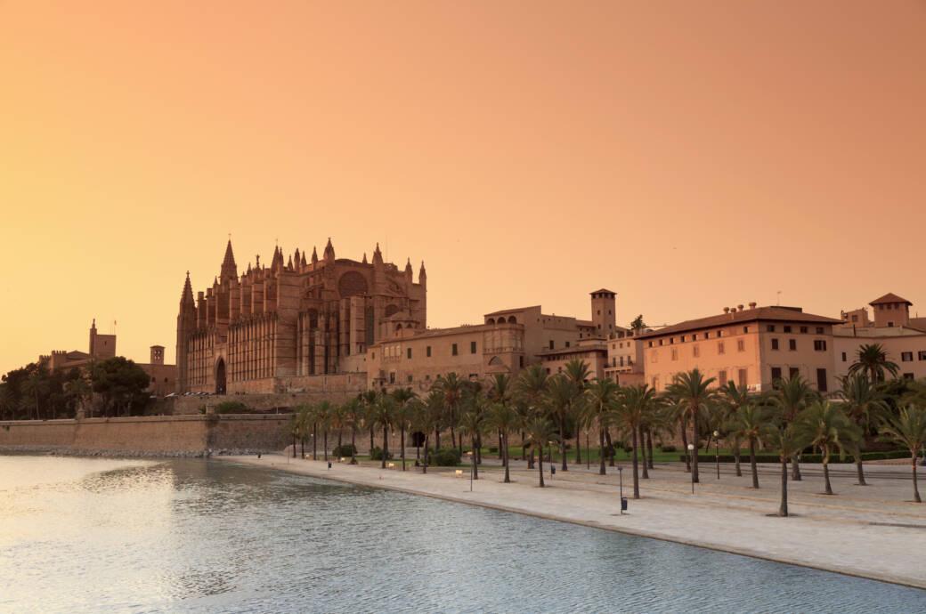Die Kathedrale von Palma de Mallorca beim Sonnenuntergang