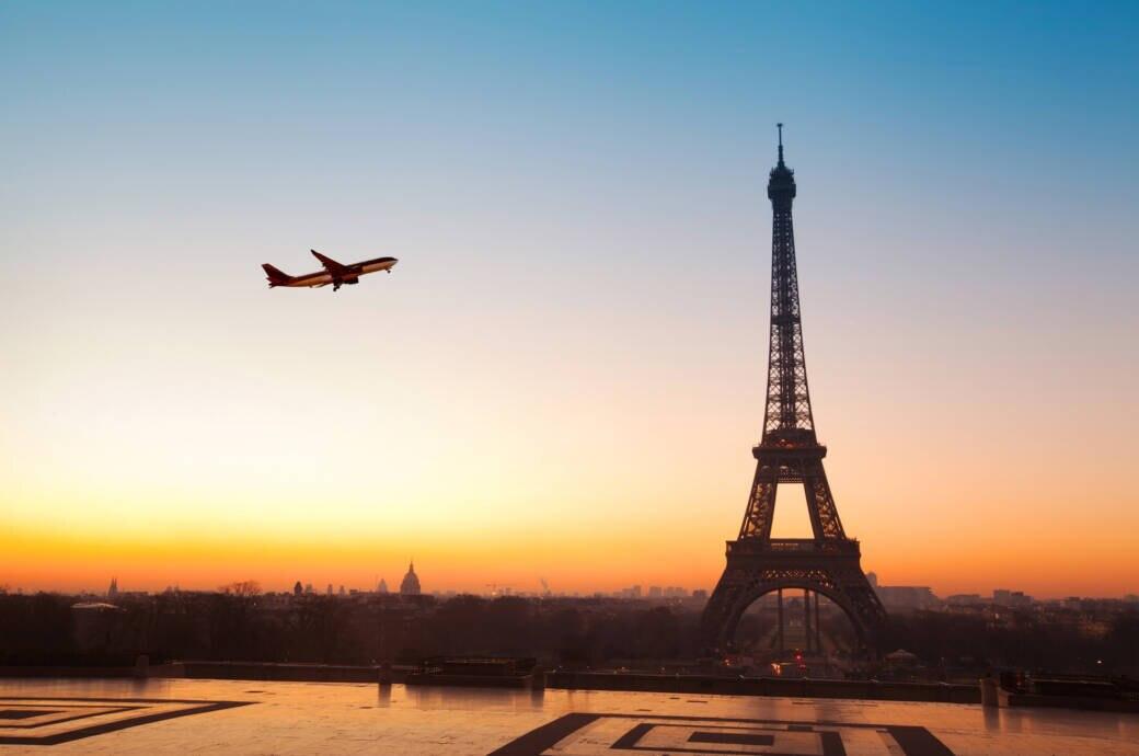 Ein Flugzeug über Paris