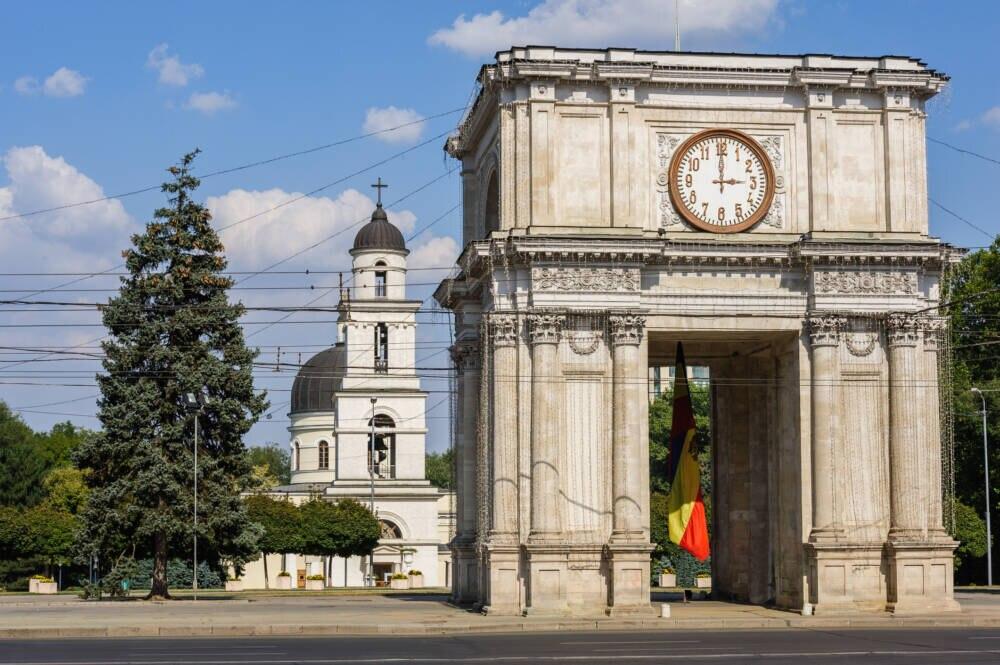 Auch das ist Chisinau: Der Triumphbogen mit der Kathedrale im Hintergrund