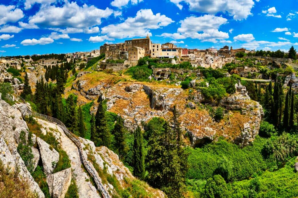 Gravina in Puglia ist eine Stadt in Süditalien, die am Rande einer Schlucht erbaut wurde